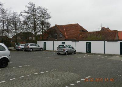 Hauseigener Parkplatz mit Fahrradgaragen